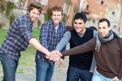 Grupo feliz de meninos fora fotos de stock royalty free