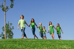 Grupo feliz de miúdos fotografia de stock royalty free