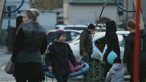 Grupo feliz de niños que juegan en el parque almacen de metraje de vídeo
