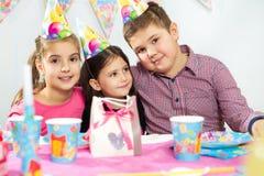 Grupo feliz de niños que se divierten en la fiesta de cumpleaños Imagenes de archivo