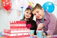 Grupo feliz de niños que se divierten en la fiesta de cumpleaños Imagen de archivo