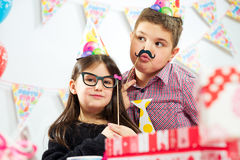 Grupo feliz de niños que se divierten en la fiesta de cumpleaños Imagen de archivo libre de regalías