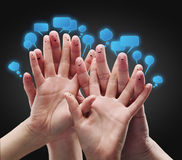 Grupo feliz de smiley do dedo com os sig sociais do bate-papo Fotos de Stock Royalty Free