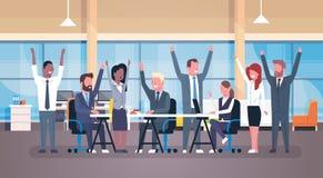 Grupo feliz de Team Sitting Together At Desk del negocio alegre de empresarios acertados con las manos aumentadas en moderno libre illustration