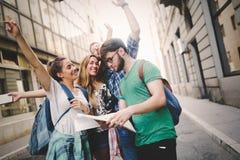 Grupo feliz de turistas que viajam e que sightseeing fotos de stock royalty free