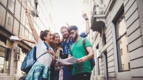 Grupo feliz de turistas que viajan y que hacen turismo Imágenes de archivo libres de regalías