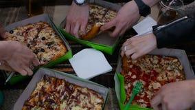 Grupo festivo de amigos bastante jovenes diversos en el tejado en el partido de la pizza almacen de metraje de vídeo