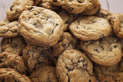 Grupo fresco de chocolate caseiro Chip Cookies Fotografia de Stock Royalty Free