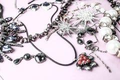 Grupo glamoroso na moda da joia da joia brilhante preciosa bonita, colar, brincos, anéis, correntes, broches com pérolas imagens de stock