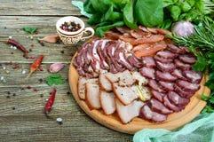 Grupo grande da carne A salsicha fumado caseiro da carne de porco-carne, bacon salgado, basturma desbastou fatias imagens de stock