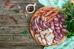 Grupo grande da carne A salsicha fumado caseiro da carne de porco-carne, bacon salgado, basturma desbastou fatias foto de stock royalty free