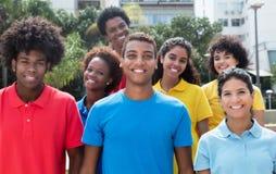Grupo grande de adultos jovenes multiétnicos atractivos Imágenes de archivo libres de regalías