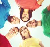Grupo grande de amigos sonrientes que permanecen junto y que miran c Fotos de archivo libres de regalías