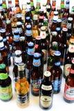 Grupo grande de botellas de cerveza Foto de archivo