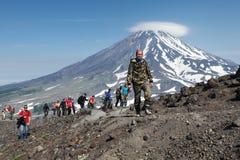 Grupo grande de caminantes que suben al top del volcán Imágenes de archivo libres de regalías