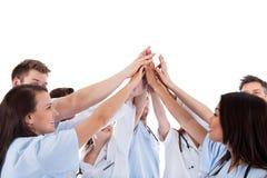 Grupo grande de doctores y de enfermeras motivados Fotos de archivo libres de regalías