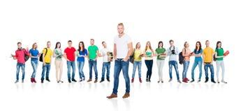 Grupo grande de estudiantes adolescentes en blanco Fotos de archivo libres de regalías