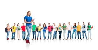 Grupo grande de estudiantes adolescentes en blanco Imagen de archivo