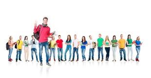 Grupo grande de estudiantes adolescentes en blanco Fotos de archivo