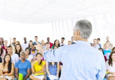 Grupo grande de estudiantes en Convention Center Imagen de archivo