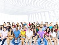Grupo grande de estudiantes en sitio de conferencia Imagen de archivo