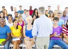 Grupo grande de estudiantes en sitio de conferencia Imagen de archivo libre de regalías