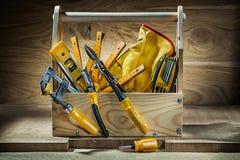 Grupo grande de ferramentas de funcionamento na caixa de ferramentas de madeira do vintage no fundo de madeira fotos de stock