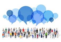 Grupo grande de gente multiétnica con las burbujas del discurso Imagen de archivo libre de regalías