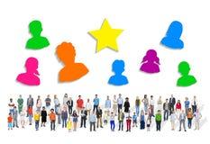 Grupo grande de gente multiétnica con símbolos humanos fotos de archivo