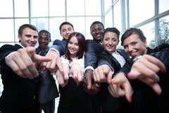 Grupo grande de hombres de negocios multiétnicos que señalan su finger Fotografía de archivo libre de regalías