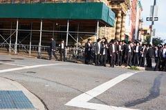 Grupo grande de hombres judíos ortodoxos Foto de archivo