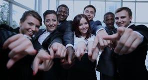 Grupo grande de hombres de negocios multiétnicos que señalan su finger Imágenes de archivo libres de regalías