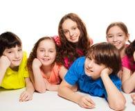 Muchachos y muchachas junto en el suelo Fotografía de archivo libre de regalías