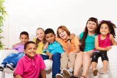Grupo grande de niños lindos en casa Fotos de archivo