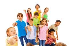 Grupo grande de niños lindos que señalan en la cámara Imágenes de archivo libres de regalías