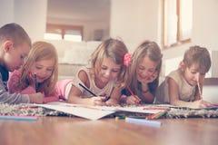 Grupo grande de niños que mienten en el piso Fotos de archivo libres de regalías