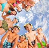 Grupo grande de niños que se divierten en la playa Fotografía de archivo libre de regalías