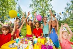 Grupo grande de niños en la fiesta de cumpleaños al aire libre Foto de archivo