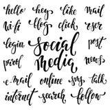 Grupo grande de palavras escritas à mão que simbolizam meios e atividades sociais do Internet Fonte bonita escrita na escova pret Imagens de Stock