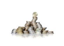 Grupo grande de pilas curvadas de monedas con la moneda ucraniana en el top Fotografía de archivo libre de regalías