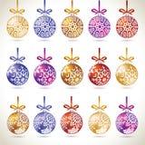 Grupo grande de suspensão colorido das bolas do Natal na fita para o Natal t Fotos de Stock Royalty Free