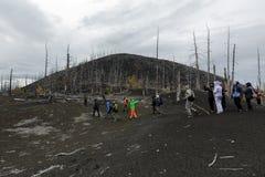 Grupo grande de viajeros que caminan en Forest Dead Wood muerto en la península de Kamchatka fotografía de archivo libre de regalías