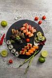 Grupo grande do sushi, a mão que guarda os hashis, a vista da parte superior Imagem de Stock