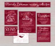 Grupo imprimível da tipografia do casamento do marsala do vetor de cartões com a pena tirada mão na mesa de madeira Fotografia de Stock