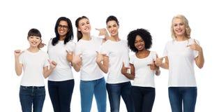 Grupo internacional de mulheres nos t-shirt brancos foto de stock royalty free