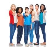 Grupo internacional de mulheres que mostram os polegares acima Foto de Stock