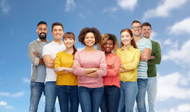 Grupo internacional de povos felizes sobre o céu azul Imagens de Stock Royalty Free