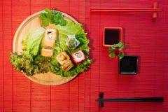 Grupo japonês da bandeja do restaurante do alimento Rolo da tomada da mão Ajuste para dois com hashis, gengibre, soja, wasabi Sus foto de stock royalty free