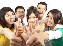 Grupo joven con los pulgares para arriba Foto de archivo libre de regalías