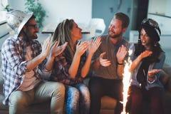 Grupo joven de amigos felices que celebran cumpleaños Imagen de archivo libre de regalías